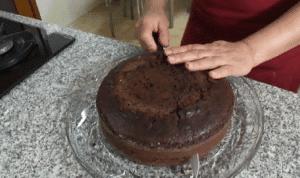 Cortando torta de chocolate para rellenar