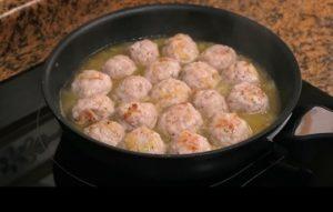 añadiendo las albondigas a la salsa