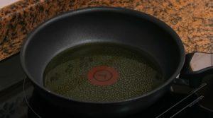 preparando el aceite para las albondigas